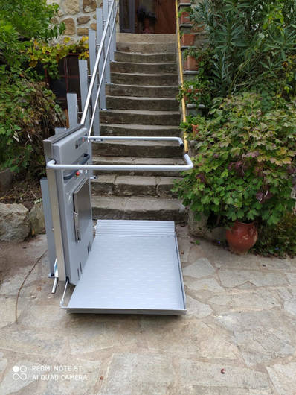 Plateforme monte escalier droit en extérieur: PLG7 - LABLACHERE 07230