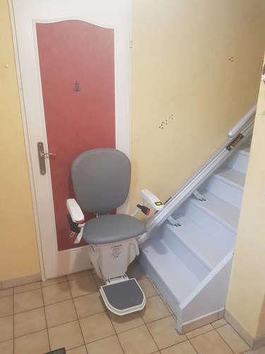Chaise monte escalier droit avec rail relevable - PONT-DE-L'ISERE 26600