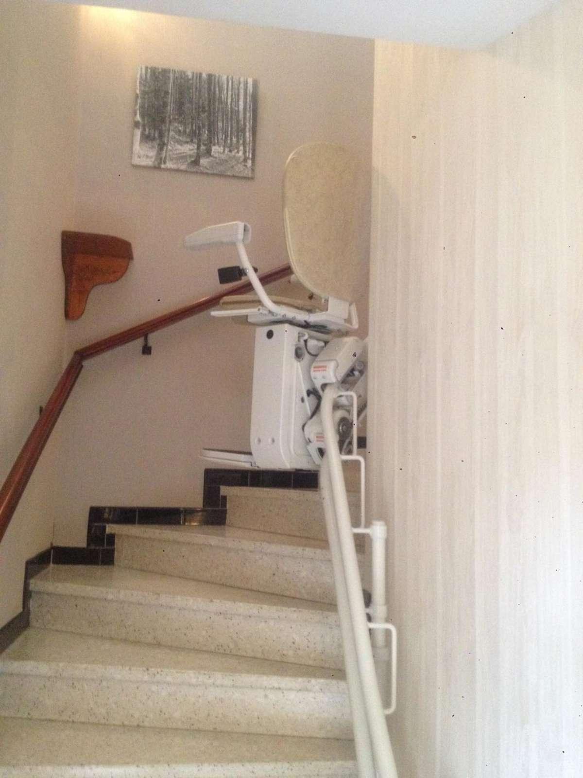 chaise monte escalier tournant curve portes les valence 26800. Black Bedroom Furniture Sets. Home Design Ideas