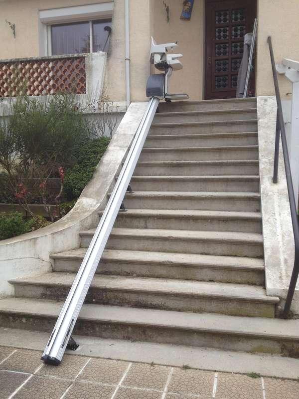 Monte-escalier extérieur modèle HomeGlide - maison privée - CREST ...