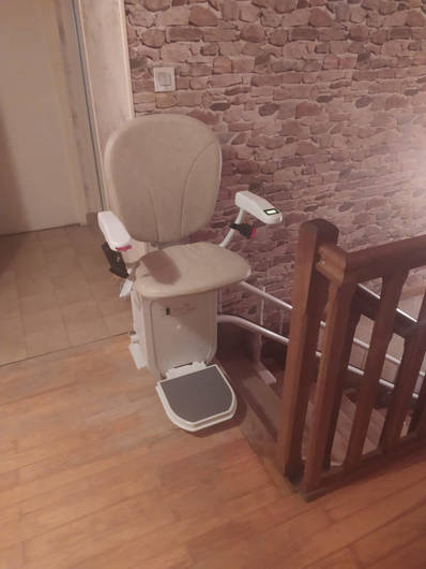 Visuel : Monte escalier tournant classique chez un particulier - VARACIEUX 38470