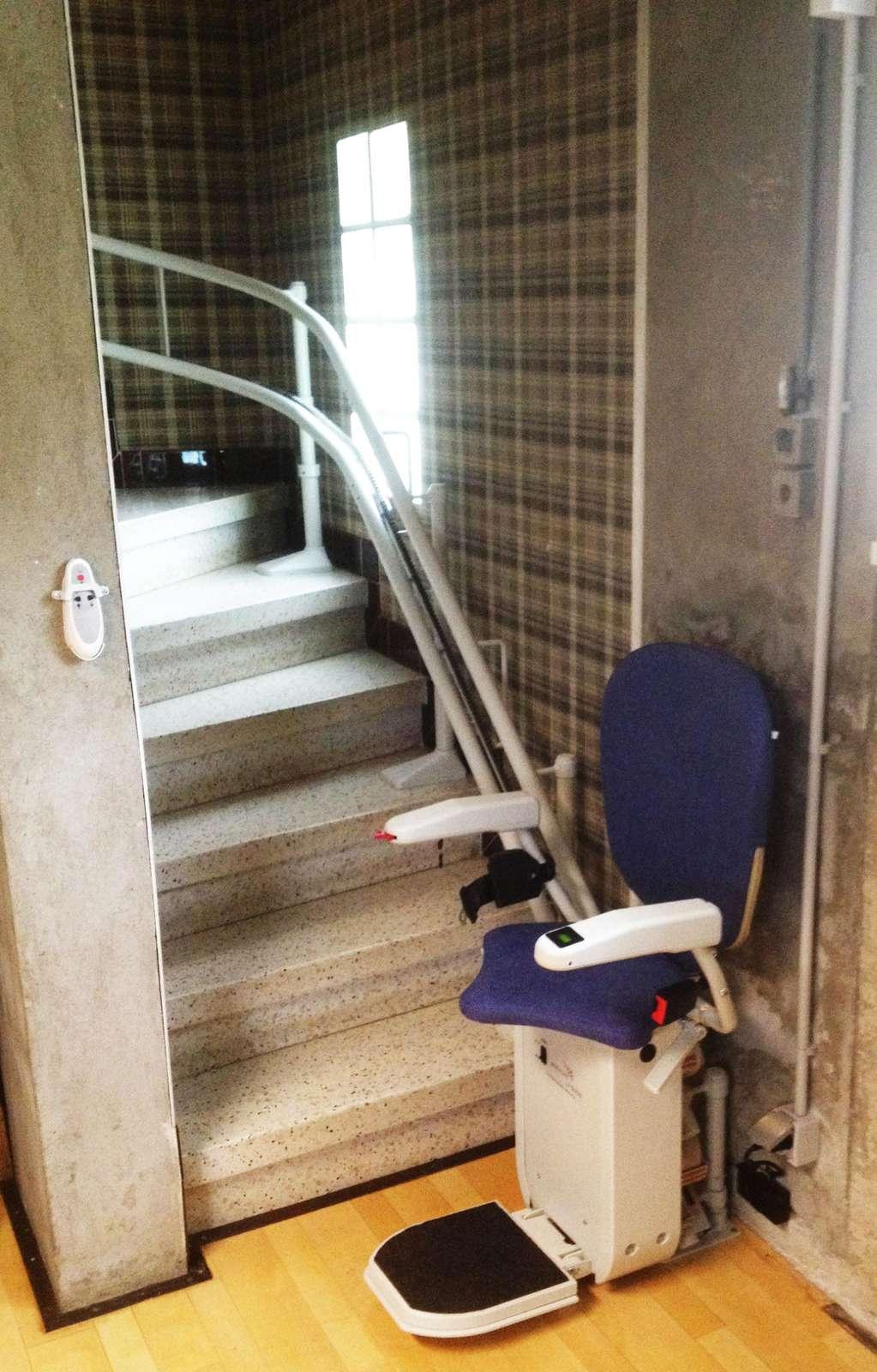 monte escalier tournant curve serrieres 07340. Black Bedroom Furniture Sets. Home Design Ideas